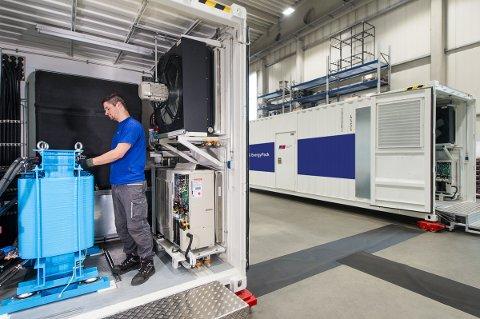 STORE DIMENSJONER: Batteriene blir Norges største. Her fra fabrikken i Tyskland.