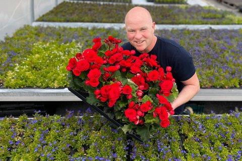 VELLYKKET VEKST: Bjørn Ivar Kristoffersen og Nygård Hagebruk kan glede seg over blomstrende utvikling i gartneriet. I 2020 økte de omsetningen med nesten 30 prosent fra 2019, og trenden fortsetter i år.