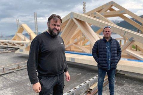 SATSER: Øyvind Glomseth (t.v) eier AS Takstoler i Tromsø, som nå satser på elementproduksjon i Lyngen etter å ha kjøpt opp produksjonsutstyret til Norvegg, som gikk konkurs. Glomtseth er fra Toten, men faren vokste opp i Lyngen. Derfor betyr satsingen mye for han. Daglig leder Mads Leonhardsen (t.h).