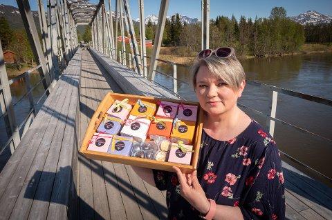 FRISTENDE KARRIEREVEI: Maria Simonsen viser frem sjokoladeproduktene hun lager. Yrkesveilederen i Nordreisa drømmer nå om å skape sin egen arbeidsplass med å utvikle fristende sjokolade-produkter.
