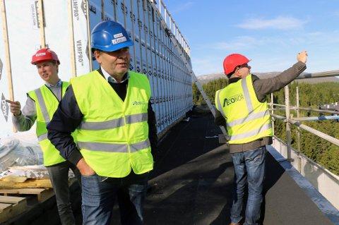 STUDENTBYGG: Daglig leder i Econor, John-Oskar Nyvoll, sier det tar mer tid å forberede bygg i massivtre, men byggeprosessen går raskere. Blokka på 13 etasjer er ferdig i løpet av 14 måneder. Foto: Torje Dønnestad Johansen