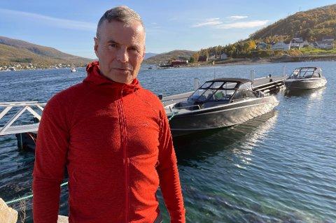 SUKSESSBEDRIFT: Terje Harder Hansen leder suksessbedriften Sjurelv Fiskeoppdrett, som har tjent over 260 millioner kroner de siste ti årene. Selv lever han nøkternt, og har ikke tatt ut utbytte fra selskapet han er hovedaksjonær i. Den eneste han har unt seg er den åpne båten i bakgrunnen.