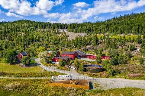 STOR GÅRD: Opp gjennom historien har gården hatt mang navn. Nå er den markedsført som Sundbygd gård. Da den var til salgs i 2011, ble den solgt som Saugestad gård. I de offiselle kartene er eiendommen omtalt som Saagaastad.