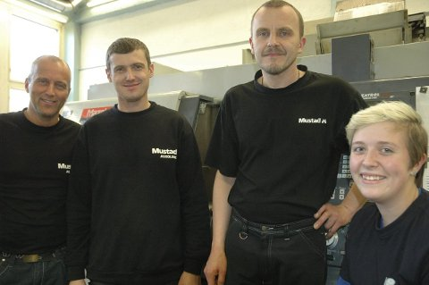 Fullt opp: Produksjonssjef Thor A. Vesteraas (t.v.) sammen med nyansatt Karol Cieplik, Rafal Adam Nasiadek og lærling Marit R. Sætra (på CNC-maskin).Foto: Bjørn Erik Berntsen