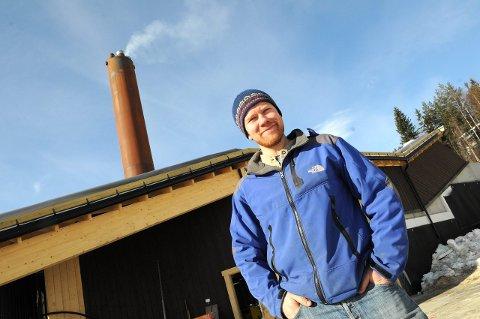 PRISBELØNT MILJØGRÜNDER:  Tor Oxhovd søker nå om å få fyre biovarmeanlegget på Beitostølen med trevirke fra miljøstasjonene. Foto: Ingvar Skattebu