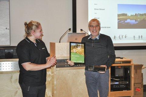 Årets turgåer: Einar Strand ble kåret til Årets turgåer og fikk premie av Lill Frantzhus i Bedriftsidretten i Hedmark og Oppland. Foto: Trude G. Dale