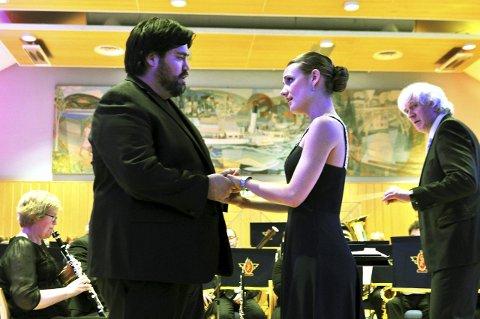 SOLISTER: Yngve Søberg og Caroline Wettergreen framførte sanger med mye dramatikk, men som ekstranummer ble det bare romantikk og glede.Foto: Hans Olav Granheim