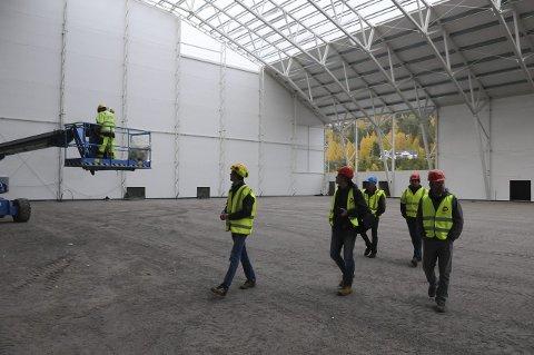 IKKE FERDIG: Storhallen på Leira ble ikke ferdig og åpningskampene må utsettes ei uke.