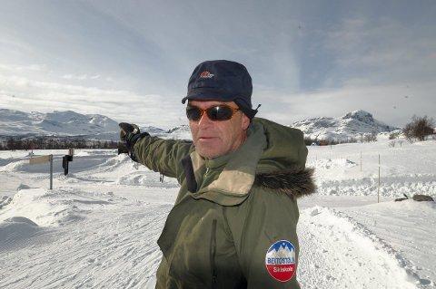 Skal du på topptur, ta en prøve av snølagene. I de oppkjørte løypene skal du være trykk, sier løypekjører Knut Aassveen på Beitostølen.  Foto: Ingvar Skattebu