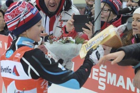 OST: Marthe Flugstad (t.h) fikk osten datteren mottok i premie etter andreplassen i Val di Fiemme lørdag. Foto: Knut Befring