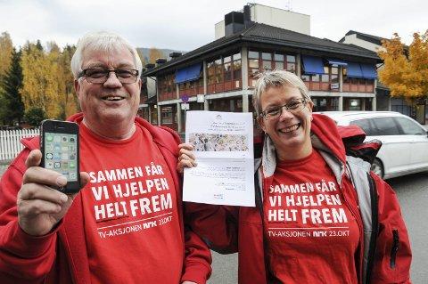 Giverglede: Odd Johs Egset og Marte Eika gleder seg over nordrelendingenes giverglede. Foto: Ingvar Skattebu