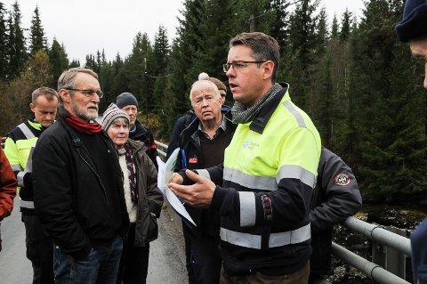 Paul Lindviksmoen under befaringen i VInda i oktober, der overingeniør Bjarte Gulddal i Skagerak Energi orienterte om kraftverksplanene. Foto: Ingvar Skattebu
