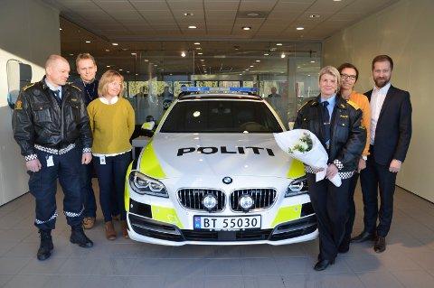 LEVERT: Politioverbetjent Geir Morten Bjerkvold og visepolitimester Linn Hilde Fosso (i uniformer) har fått den første nybilen overlevert fra BMW Norge og Sulland Bil AS. Foto: Morten Høitomt