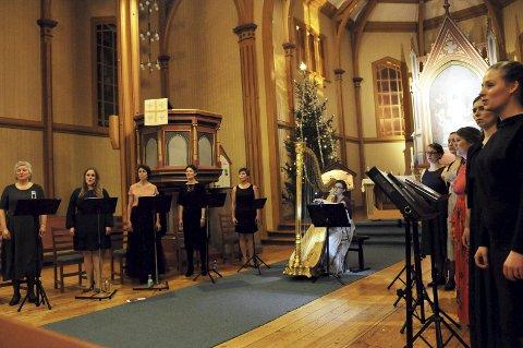 ENKELT OG GODT: Ti kvinnestemmer og en harpist. Mer skulle ikke til for å lage romjulsstemning i Gjøvik kirke.FOTO: Hans Olav Granheim