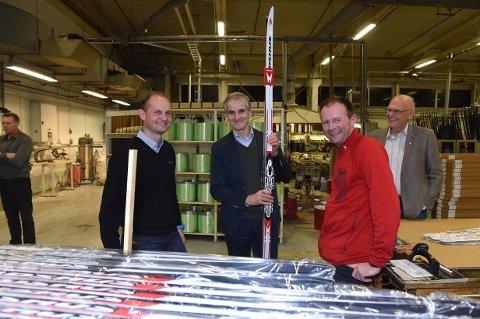HOS MADSHUS: F.v. driftsdirektør Tom Bjerregård, Ap-leder Jonas Gahr Støre, produksjonsleder Ronny Hoffsbakken og Gjøvik-ordfører Bjørn Iddberg.