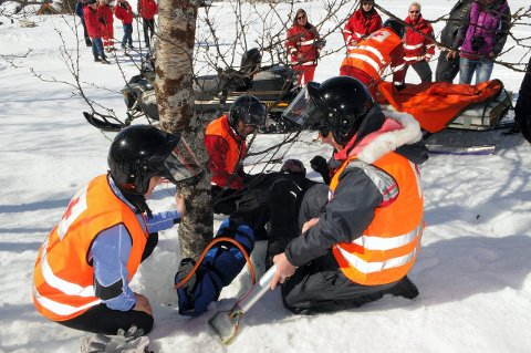 Mange skadde: I løpet av påsken har over 150 frivillige i Oppland Røde Kors Hjelpekorps bistått påsketurister i hele fylket. Bildet er hentet fra en tidligere øvelse i Valdres.