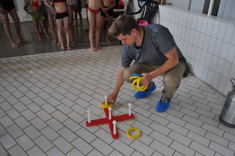 Spillet er i gang: Ola setter opp ringspill for barna