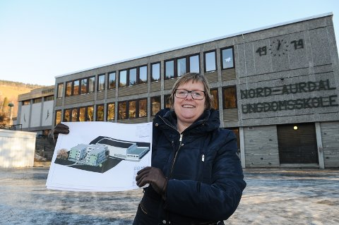 Ordfører Inger Torun Klosbøle med tegningene av det som skal bli Nord-Aurdal splitter nye ungdomsskole. Foto: Ingvar Skattebu