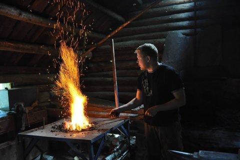 Smiing er et av mange håndverk du kan lære mer om i regi av Valdresmusea.