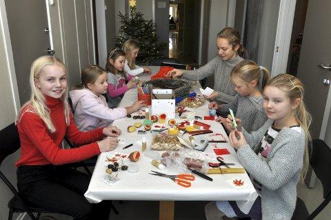 JULEVERKSTED: Å lage småting selv er fortsatt populært. Inger Sofie Østby, bakerst til høyre, viste Ingerid, Madikken, Selma, Mathilde, Julie og Maria Leona hvordan det kan gjøres.FOTO: Hans Olav Granheim