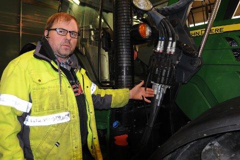 Ulrik Rognås anmelder hærverket på maskinparken sin til politiet. Foto: Ingvar Skattebu
