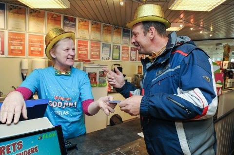 Ekspeditør Rita Stensvold og tippekunde Kjell Olav Foss tar på seg gullhatten og sløyfa etter at enda en spiller har vunnet over en milion. Men selv har Foss bare vunnet en 50-lapp, hittil.