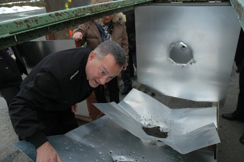WOW!: Viseadmiral Mat Winter likte det han så av APEX-ammunisjonens virkning da han besøkte Bradalsmyra testsenter torsdag.