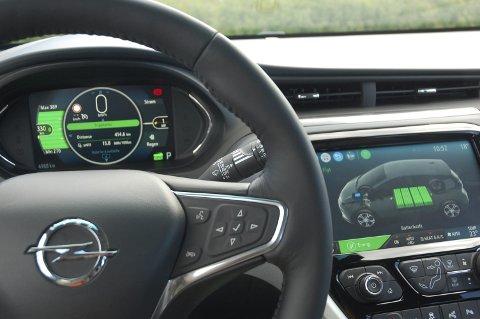 ØKT REKKVIDDE: Nøkkelen til økt elbilsalg i Vestoppland er betydelig lengre rekkevidde enn før. Her nye Opel Ampera-e, der vi i øyeblikket har 33 mil igjen på telleren.FOTO: ØYVIN SØRAA
