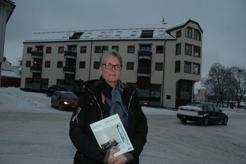 ØKER FORTSATT: – Eiendomsprisene er fortsatt høyere enn for et år siden, sier  eiendomsmegler Gry Monica Brovold i DNB Eiendom i Gjøvik. Her foran Sønes-gården i sentrum der sju av 10 leiligheter er solgt.