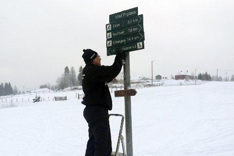På dugnad: Medlemmer fra Skiforeningen Gjøvik og omegn har oppgradert løypeskiltene i området rundt Gjøvik. Foto: Innsendt