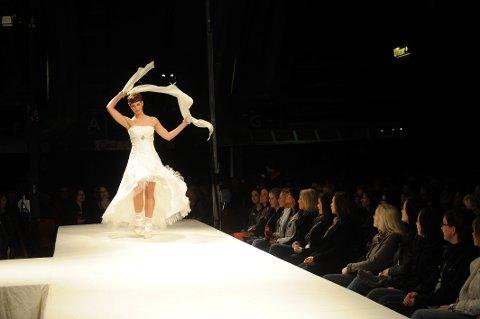 Hvit kjol e har fått noe konkurranse har mer fargete varianter etter hvert, forteller arrangøren av bryllupsmessen.