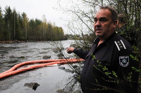 Det ble lagt ut lenser i elva ved Dokken Industriområde mandag kveld. - Utslippet kom via en overvannledning som renner ut i elva ved industriområdet, sier brannsjef i Nordre Land, Tore Halden.