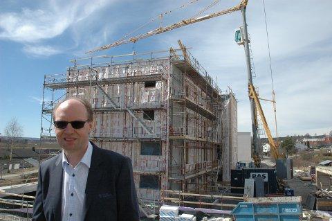LEILIGHETER: Viseadm. banksjef Stig H. Blikseth foran et leilighetsprosjekt i Lena sentru. Totens Sparebank står for en del av finansieringen lokalt, men også for stadig flere prosjektet på Øvre Romerike.