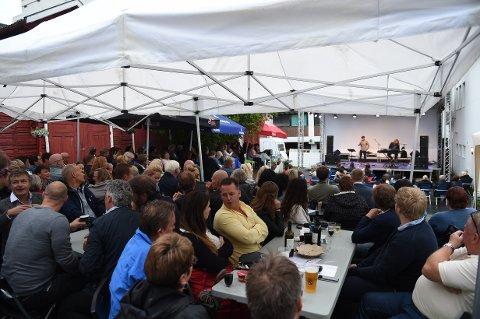 Publikum: Det var mange som trosset regnværet og tok turen til Kaffka-bakgården fredag kveld.