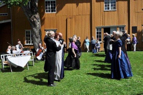 Det ble naturligvis demonstrert moderne dans fra amtmannens tider, ved Toten Contradans.