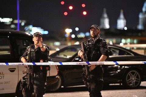 PÅ VAKT: Væpnet politi i London etter terroranslaget. Foto: Scanpix/AP