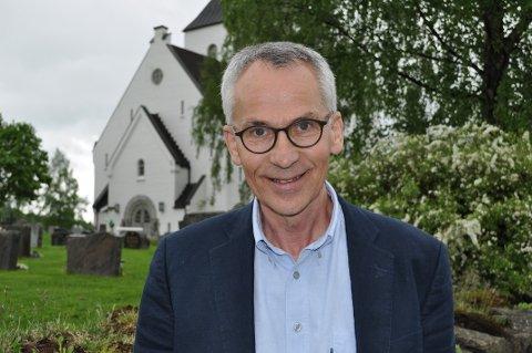 LANG FARTSTID PÅ TOTEN: Gunnar Finstad var prest på Kolbu og Eina i 14 år, før han begynte i Ås kirke (bildet) på Bøverbru i Vestre Toten for ni år siden.