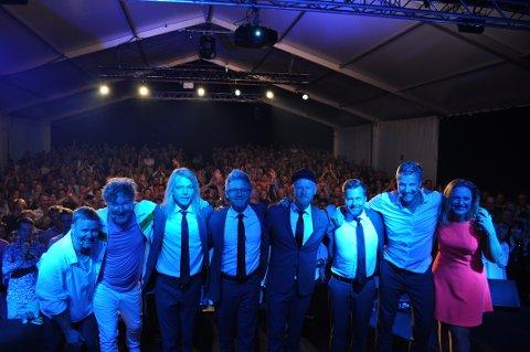 TAKK FOR I ÅR: Gjengen i Urbane Totninger takker for nok et rekordår på Kapp med verdens beste publikum i bakgrunn.