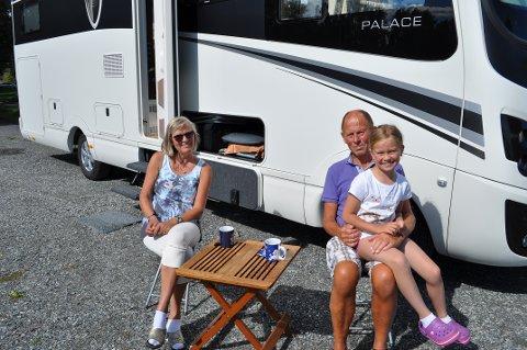 BOBILFERIE: Asta og Evald Juhl har med seg barnebarnet Celina Juhl Myhre på bobiltur.