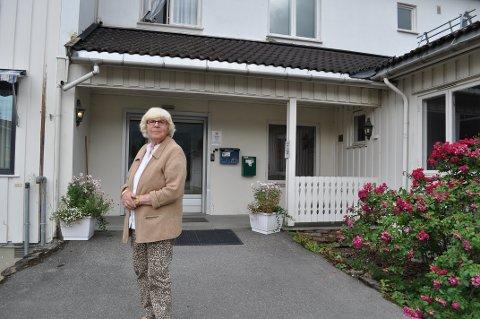 UBEGRIPELIG: Aud Norgaard Nyhus er medlem av eldrerådet i Gjøvik kommune, og er fortvilet over mangelen på hjertestartere i Vestopplands pleie- og sykehjem.
