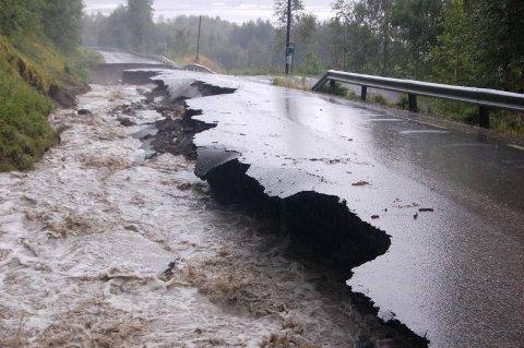 FLOMSKADER: Slik så det ut på vegen langs Vestsida etter kraftig regnvær i 2007. Arkivbilde
