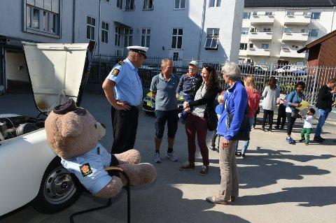 ÅPEN DAG: Bjørn Slåttsveen med gjester i bakgården på politihuset i Gjøvik.