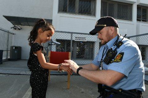 Ava Aminy (5) fikk håndjern av  politibetjent Lloyd Sletten.