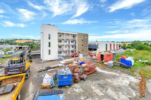 NYTT BYGGETRINN: Blokk 2 på Lenatunet er straks ferdigstilt og et nytt byggetrinn 3 med 15 leiligheter er straks klare for salg. Den nye blokk oppføres i forkant av blokka på bildet.