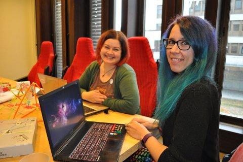 SPILLPROGRAMMERER: Kristine Jorskogen (th) var eneste jente på spillprogrammerlinja ved NTNU Gjøvik. Hun blir en av de frivillige på GirlTechFesten på Gjøvik bibliotek 18. oktober. Bibliotekar June Solberg (tv) er anvarlig for arrangementet.
