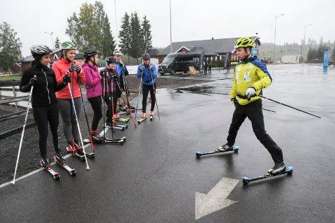 Petter Soleng Skinstad viser ferske rulleskiløpere hvordan du bremser på rulleski. Foto: Tommy Gullord