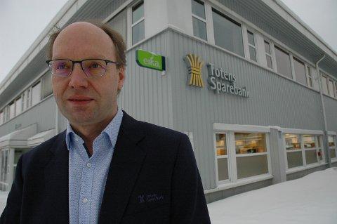 AVVENTENDE: Totens Sparebank er den tredje største banken i Eika Gruppen. Viseadm. banksjef Stig H. Blikseth sier man avventer utviklingen i Eika-alliansen.