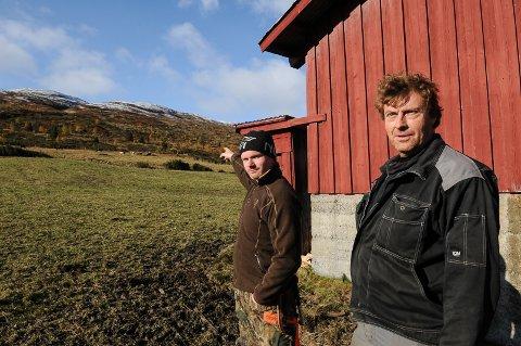 Rune Hålien og Ola Bakke er to av flere stølsbrukere som protesterte mot å få en 26 meter høg mobilmast tett på stølen sin. Nå kan masten bli flyttet. Foto: Ingvar Skattebu