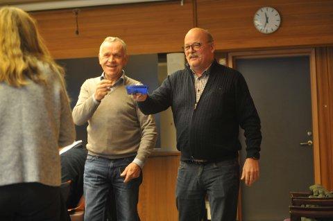 SØTT TIL DISKUSJONEN: Ordfører Leif Waarum endret sitt eget investeringsforslag og «smørte» formannskapet med sjokolade før debatten.