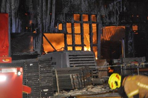 BRANN: Tirsdag morgen brøt det ut brann ved renseanlegget i Totenvika.